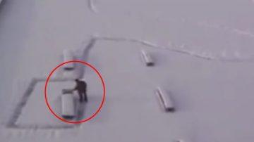 大雪初霁,这名男子拿着雪铲清理道路,众人刚要感谢他,突然发现上当啦!