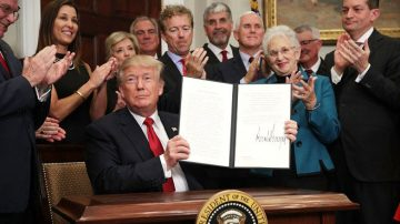 川普政令准跨州买健保 几百万人或受益