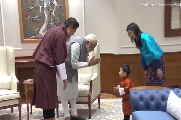 不丹国王一家出访印度 小王子超萌举动融化严肃气氛