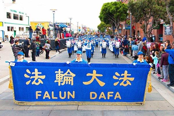 旧金山老兵节游行 主办方赞天国乐团是世界财富