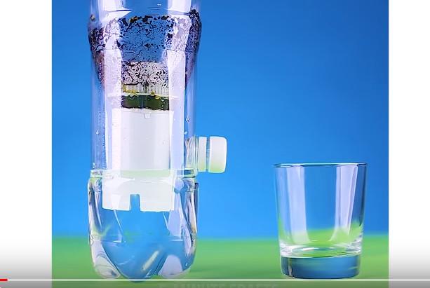 她用塑料瓶做了净水器 又省了一大笔钱(视频)