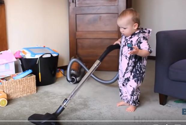 令宝宝做家务 这个爸爸到底如何做到呢(视频)