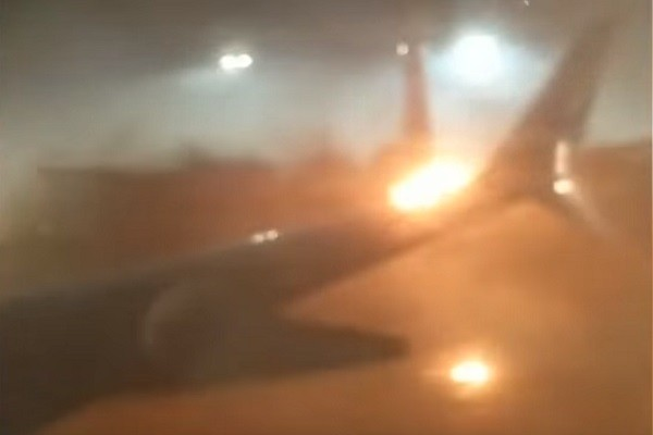 多伦多机场2架飞机地面相撞 乘客紧急逃生滑梯疏散