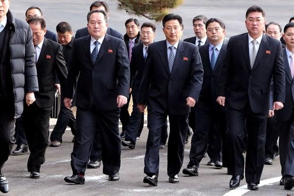 """板门店会谈 朝鲜代表走路""""穿越""""38度线"""