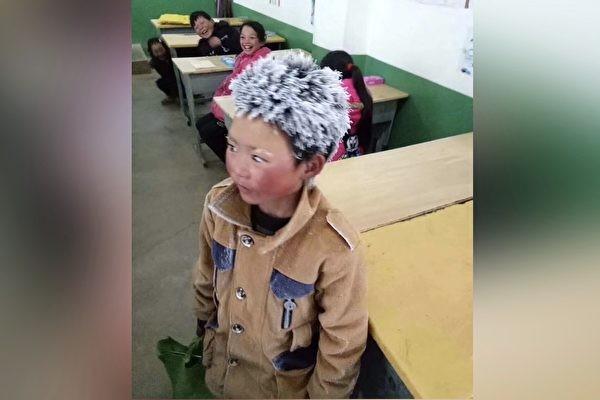 """云南留守儿童冒风霜上学 满头""""冰花""""惹人怜"""