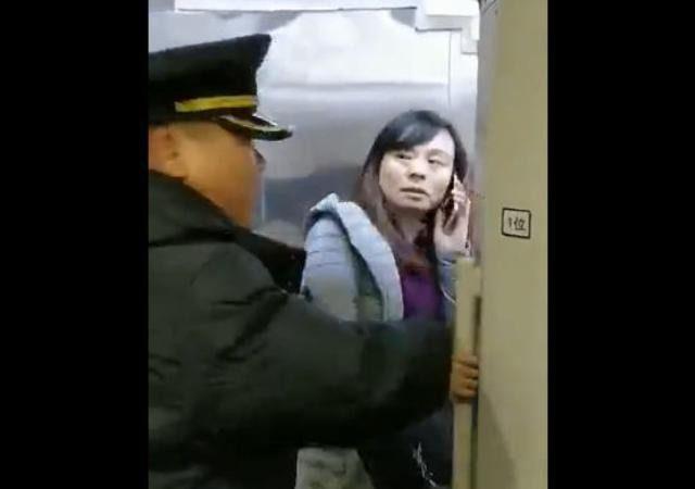 """高铁扒门女为何这么""""牛""""?被曝老公是刑警队长"""