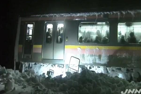 积雪77公分高 日400多人困电车15小时