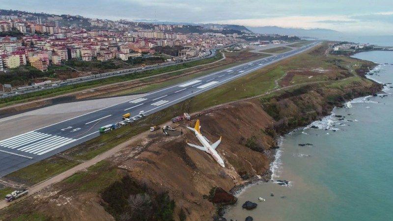 命悬一线!飞马客机降落土耳其 卡在悬崖边