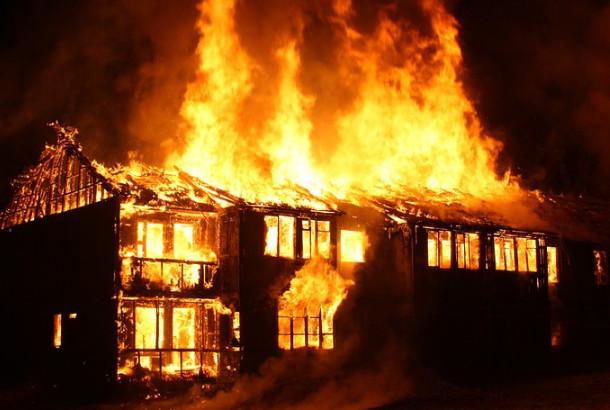 火灾连烧数十家 为何仅一家独存