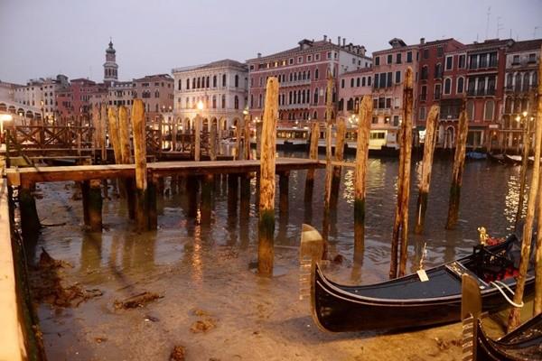 """威尼斯运河""""干掉""""划艇卡河道游客失望"""