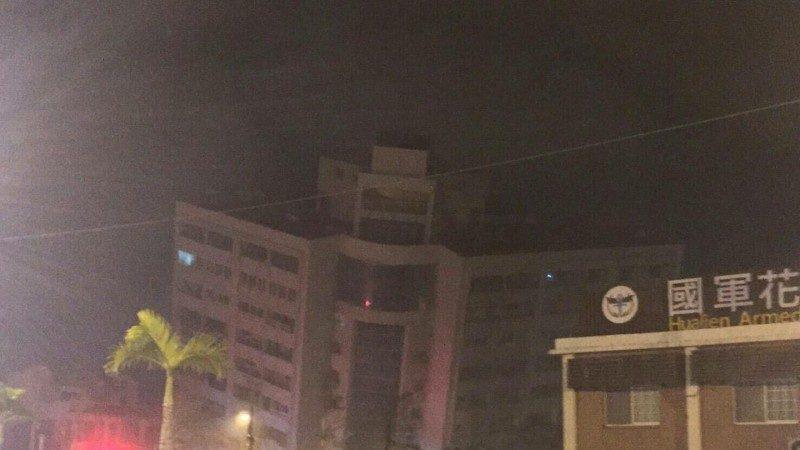 台湾花莲深夜地震 多栋大楼倾斜 已知1死百人送医(视频)