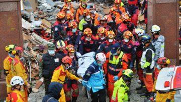 花莲余震不断 翠堤倾斜45度 搜救人员徒手挖出罹难者