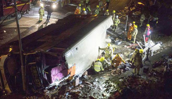 疑司机发脾气开快车 港巴士侧翻18死47人伤