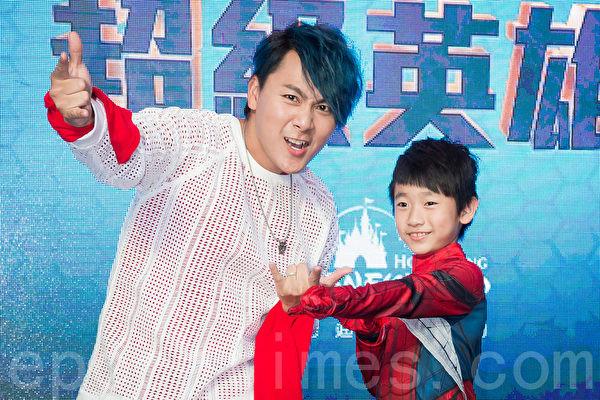 不知爸爸是明星 王仁甫儿子看见5566 DVD惊呆