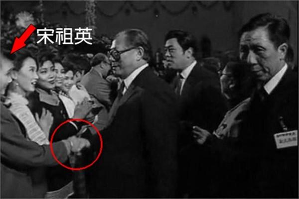 """江泽民""""春晚""""不请自到 紧握宋祖英手不愿撒开"""