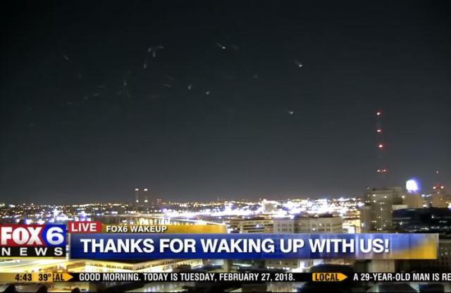 """主持人惊呼""""外星人?""""威州夜空神秘光点群飞舞(视频)"""
