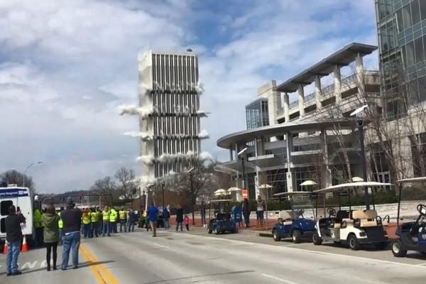 肯塔基州政府旧大楼爆破 秒崩场面震撼