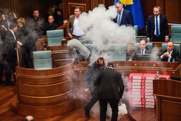 不满边界协议 科索沃议员国会丢催泪弹