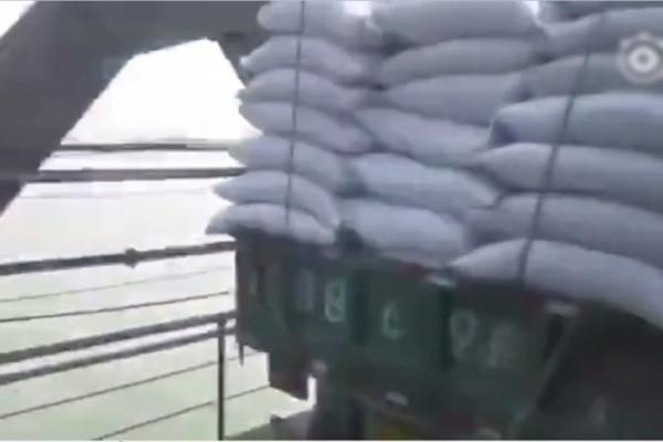 网传大批货车运送物资 经鸭绿江大桥送往朝鲜(视频)