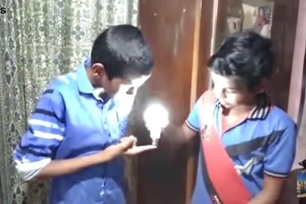 印度神奇男孩 一碰充电式LED灯泡就发亮