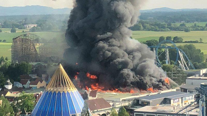 德国主题乐园惊传大火 凶猛火势浓烟遮蔽天空