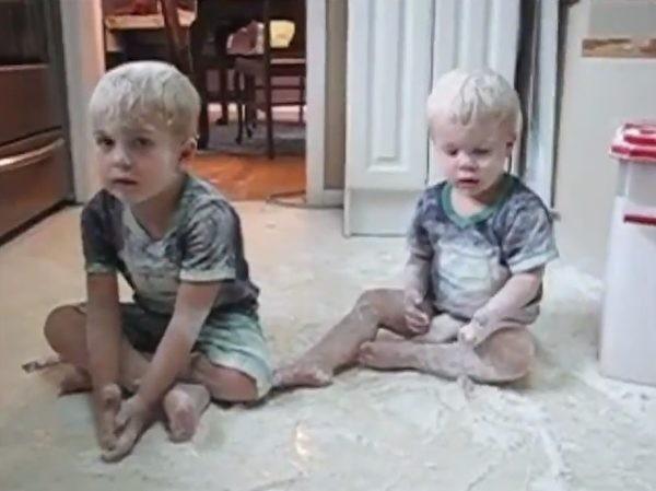 兄弟俩玩面粉弄满身互推责任…妈妈发现后这么做