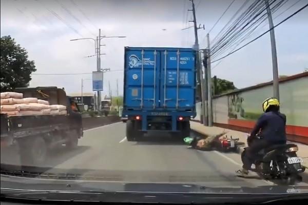 骑士遭卡车直接辗过头 下一秒竟爬起来走到路边休息(慎入)
