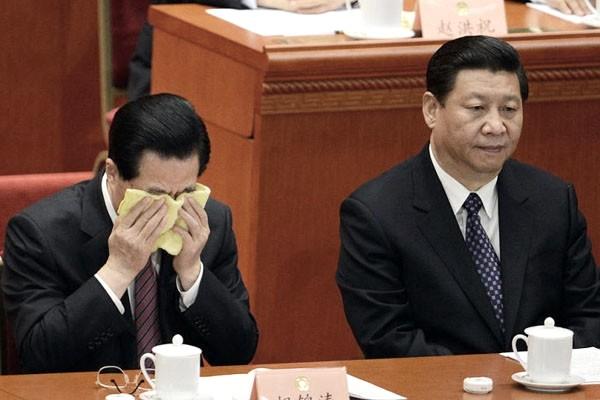 胡锦涛在十八上抹泪;习近平默然
