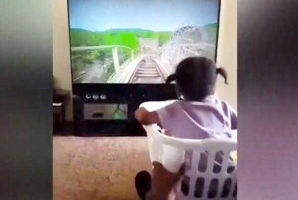 """让女儿尝试惊险刺激过山车 暖心父一个""""洗衣篮""""就搞定(视频)"""