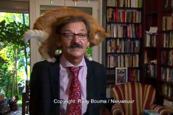 波兰学者严肃受访 宠物猫乱入抢镜