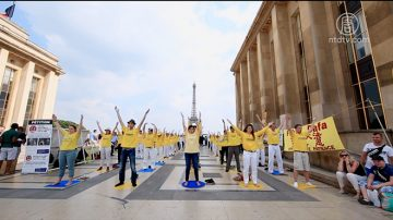 艾菲尔铁塔下 纪念法轮功反迫害19周年