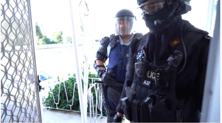 小男孩打报警电话邀警察庆生 警察全副武装出现了…