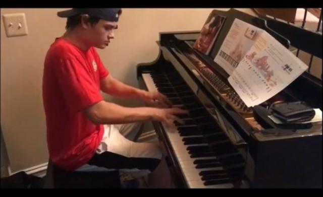 送外卖小弟见钢琴目不转睛 弹奏一曲技惊众人(视频)