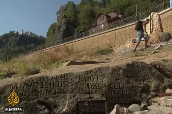 """看到我就哭泣 捷克河面现不祥""""饥饿之石"""""""
