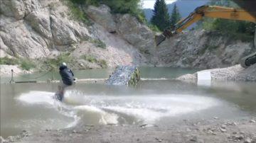 新闻放轻松:滑水高手玩出高度 废弃场地成运动乐园