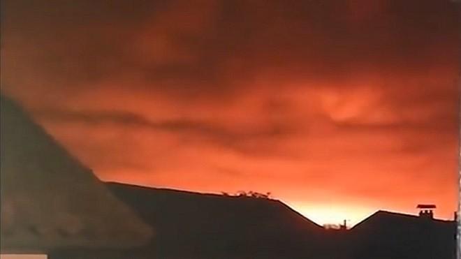乌克兰大军火库爆炸 橘光笼罩夜空 万人疏散陆空停摆
