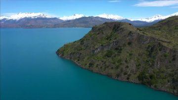 智利卡雷拉将军湖 高手挑战悬崖跳水