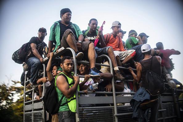 大篷车移民大规模逼近 美民众带枪抵边境堵截