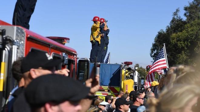 加州枪击案 警察火拼枪手殉职 民众夹道致敬