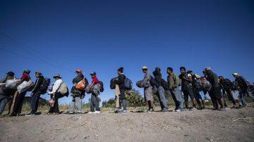 大篷车压境墨西哥 当地居民接力抗议