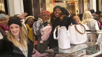 纽约梅西百货挤爆门 民众抢购 感恩节气氛浓