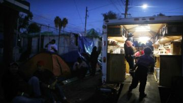 多种传染病泛滥 数千大篷车移民在墨治疗