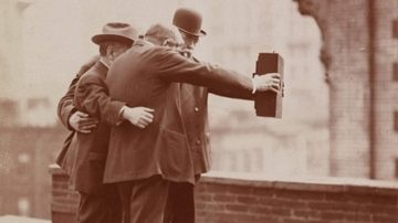 """经典老照片 """"重现历史"""",原来早在1920年,人们就开始玩自拍了!"""