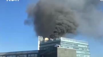 北京中关村大厦起火 楼顶冒出滚滚黑烟