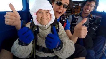 102岁澳洲老太跳伞为慈善 破世界纪录
