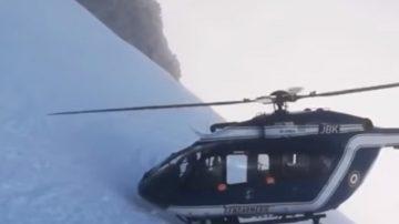 """抢救滑雪客 法直升机几乎""""碰壁"""" 倾斜"""
