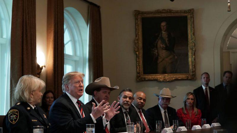 """帮民主党谈判找台阶 川普:把墙叫""""桃子""""吧"""