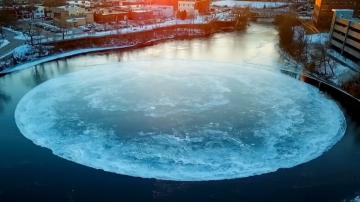 场面浩大!缅因州河面现巨大自转冰盘