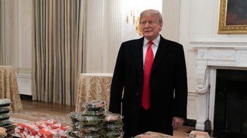 川普买快餐 白宫招待大学橄榄球冠军队