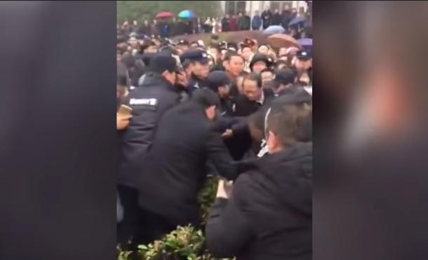 江苏过期疫苗事件发酵 县委书记打官腔遭围殴(视频)